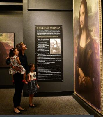 30-NMMNHS-Woman and daughter enjoy Secrets of the Mona Lisa at New Mexico Museum of Natural History & Science